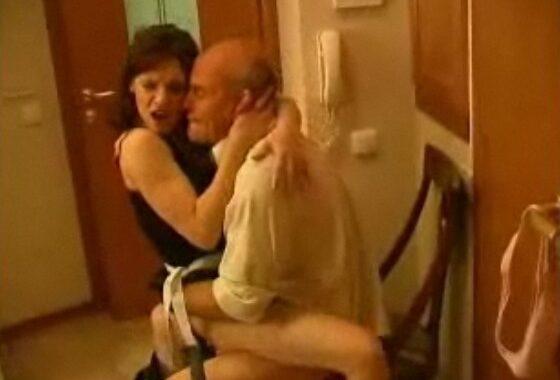 abuelo fetichista se corre dentro de su nieta