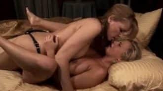 madre e hija obteniendo placer mutuo