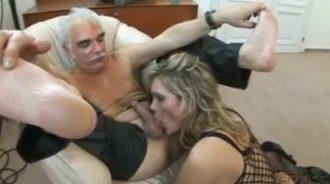 el abuelo es un cerdo y la nieta una cochina
