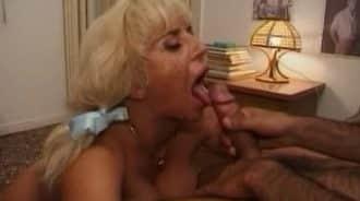 madre se hace las coletas para chuparla