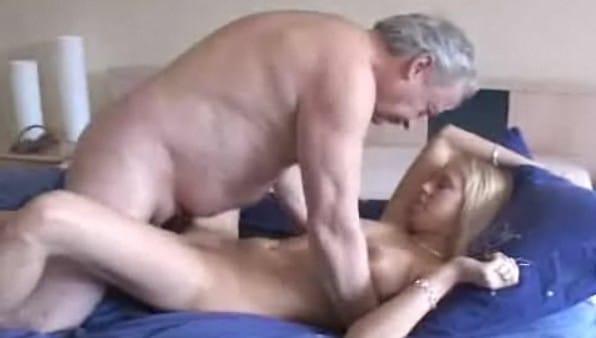 el abuelo folla con proteccion