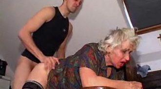 mi abuela se emborracha y pide que la folle