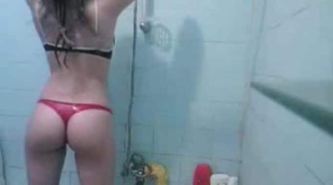 me masturbo espiando a mi hermana en la ducha