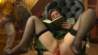 pilla a mama en plena masturbacion anal