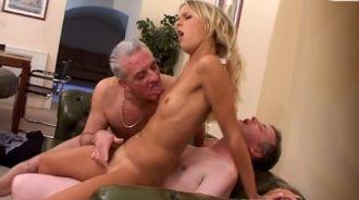 repartiendo cariño entre su tio y su abuelo