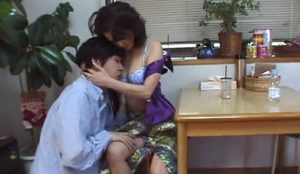 video relacionado la fantasia de follarte a tu madre en la cocina