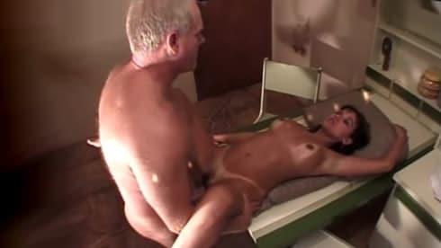 se monta al abuelo en cuanto se despista su mujer