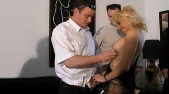 4 hermanos contratan a una prostituta