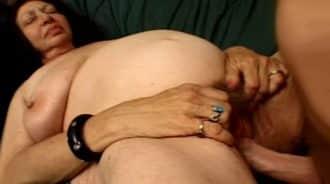 haciendole cosquillitas a la abuela en el coño