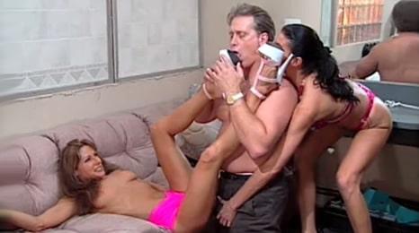 empresario follando con sus dos hijas