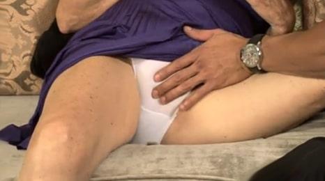 tocando a la abuela por encima de las braguitas