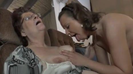 nieta ninfomana se lo hace con su abuela