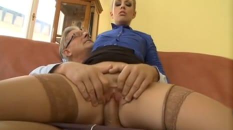 abuelo le folla el coño y luego el culo