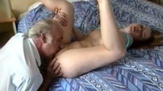 el coño de la nieta se deshace en su boca