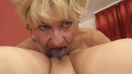 anciana catando el chochito de la nieta
