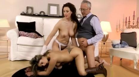 la hija a 4 patas y su mujer mirando