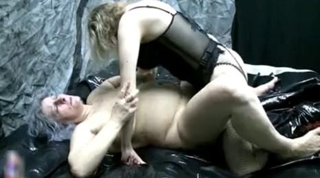 lesbiana se folla a su madre con un consolador