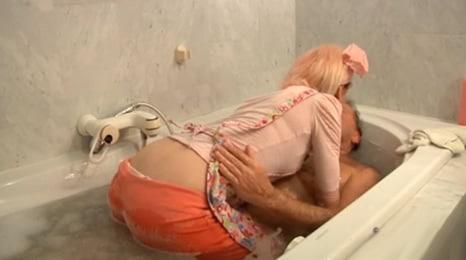 se metio en la bañera y se follo a su padre