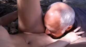 saboreando los jugos vaginales de su nieta