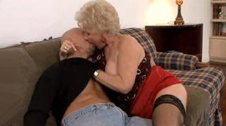 mi abuela se abalanza sobre mi como una fiera