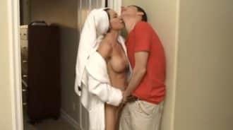 no seas timido y masturba a suegra