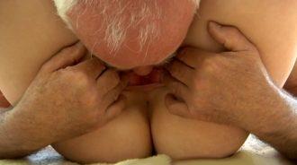 perdiendo la lengua en la rajita de su nieta