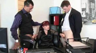 madura masturba a sus hijos en la oficina