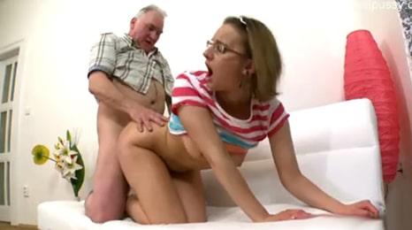 un descuido de su novio y se folla al suegro