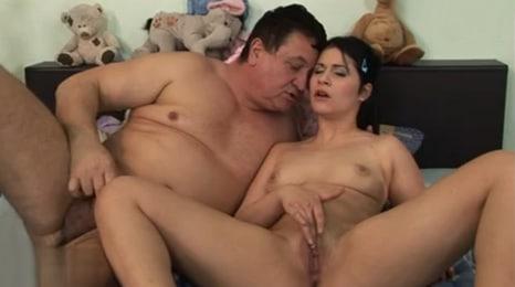 padre e hija se consuelan mutuamente