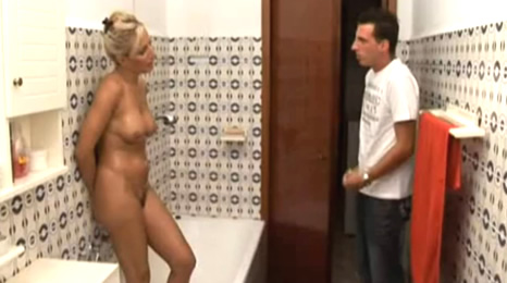hijo, se que me espias cuando estoy desnuda