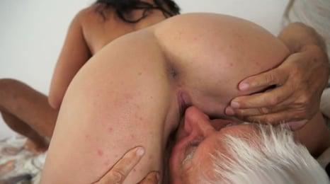 viejo esnifa el coño de su unica nieta