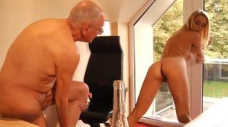 El abuelo paga muy bien las horas extra