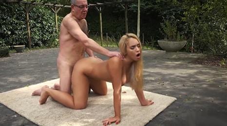 Abuelo despistado acaba follando con la nieta
