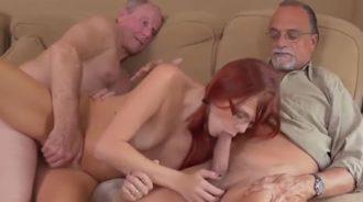 Chica follando con su padre y su tío a la vez