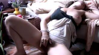 Mi hermanita se graba masturbándose