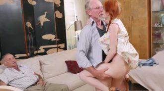 Mi tio me folla mientras mi padre nos mira