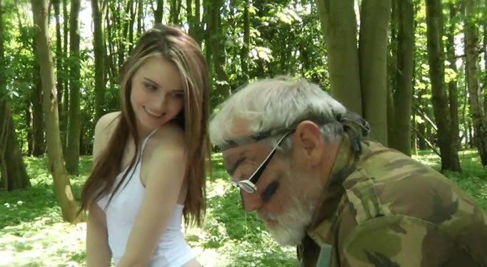 Nieta seduce a su abuelo en el campo