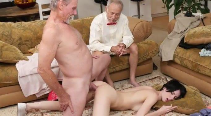Abuelo mira como su amigo le folla el culo a su nieta