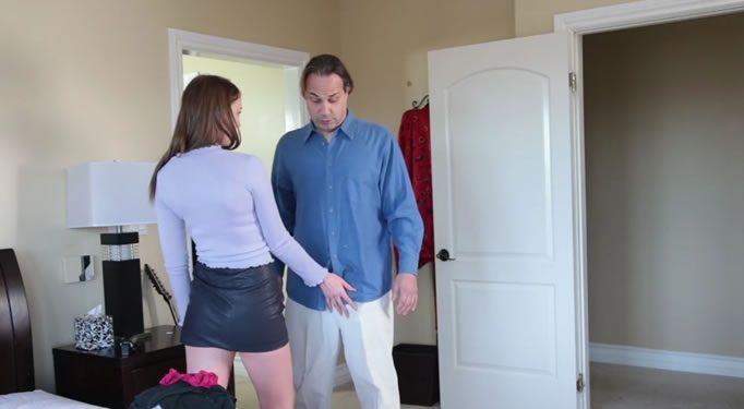 Hija pilla a su padre oliendo sus bragas y…