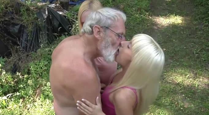 El abuelo se folla a sus dos nietas
