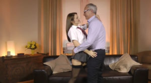 video relacionado Colegiala caliente seduce a su propio padre