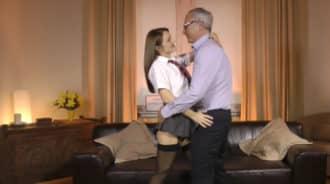 Colegiala caliente seduce a su propio padre