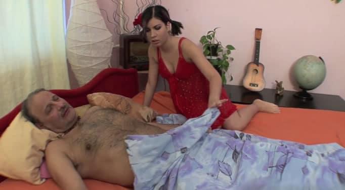 Hija sorprende a su padre dormido, se lo quiere follar