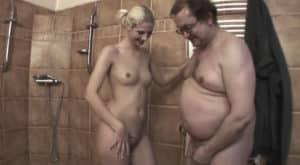 video relacionado Padre obeso se ducha con su hija