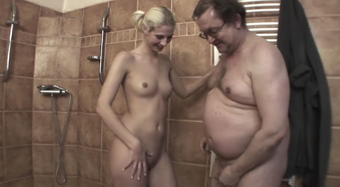Padre obeso se ducha con su hija