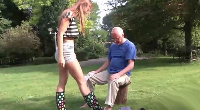 El abuelo se pone cachondo con su nieta