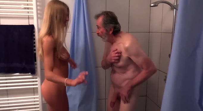 Sorprende a su anciano padre en la ducha