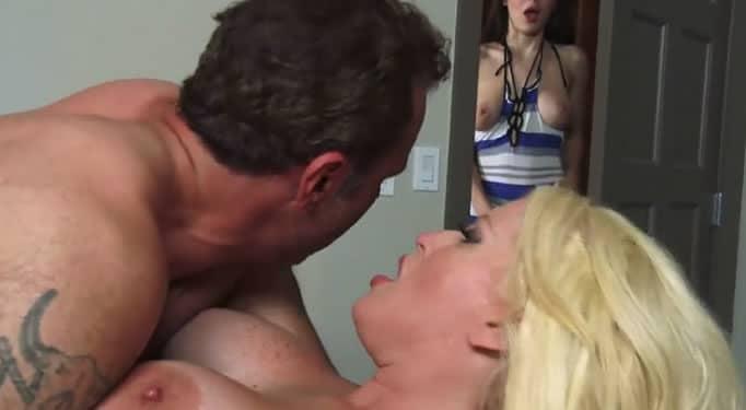 Jovencita excitada al ver a su padre follar