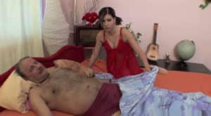 video relacionado Su padre estaba dormido, ella muy caliente