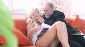 Padre consigue follarse a su hija